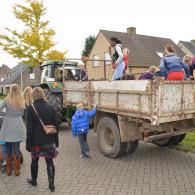 de kinderen van de Boekweitbaan gaan zingen met de tractor (foto: Niels Schalley)
