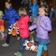 kinderen gaan al zingend op pad in de Hei te Dessel (foto: Niels Schalley)