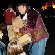 Sinte-Mette deelt krentebroodjes uit aan de kinderen (foto: Gert Daemen)